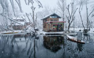 Snowfall in kashmir -Dal-Lake